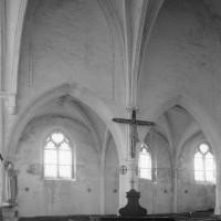 Le mur gouttereau sud de l'ancien choeur du 13ème siècle et le bas-côté du 16ème siècle (1995)