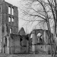 Les ruines de l'église vues du sud-est, avant l'écroulement partiel du clocher (1979)