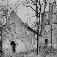 Les ruines de l'église vues du sud-ouest, avant l'écroulement partiel du clocher (1977)