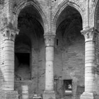 Vue partielle de la partie inférieure du bras nord du transept avec deux chapelles rayonnantes (1995)