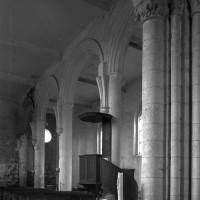 Les arcades du bas-côté nord de la nef vues vers le nord-ouest depuis la première travée du choeur (1996)