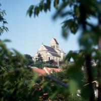L'église dans son environnement vue du sud-ouest (1971)