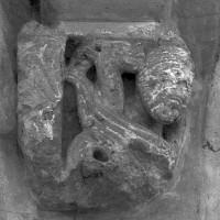 Cul-de-lampe ou chapiteau du 12ème siècle en remploi dans le bas-côté sud (1997)
