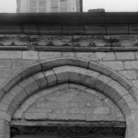 Vue partielle d'une fenêtre et de la corniche du mur nord (1994)