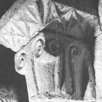 Chapiteau des baies du premier étage du clocher dissimulées dans les combles  (1970)