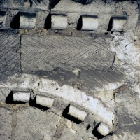 Moulures des baies du premier étage du clocher dissimulées dans les combles (1973)