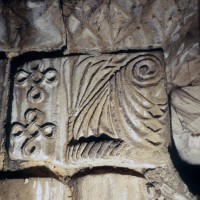 Chapiteau des baies du premier étage du clocher dissimulées dans les combles