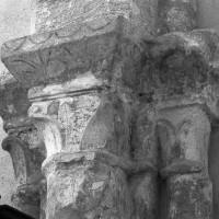 Chapiteaux du milieu du 12ème siècle au mur sud de la chapelle sud (1996)