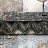 Moulure à décor de zigzags et de croix de la façade (1992)