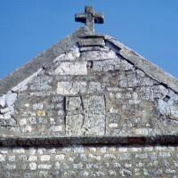 La partie supérieure de la façade ouest avec la croix antéfixe (1992)