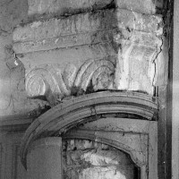 Chapiteau roman à la retombée sud de l'arcade ouest de la base du clocher (1970)