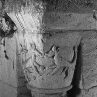 Chapiteau de gauche de la baie du clocher dans les combles (1970)