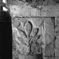 Chapiteau de droite de la baie du clocher dans les combles (1970)