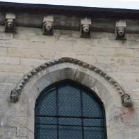 Décor de pointes de diamant et corniche du mur sud de la nef (2019)