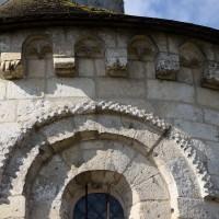Vue partielle d'une fenêtre et de la corniche beauvaisine de la chapelle nord (2016)