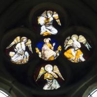 Vitrail d'une rose des fenêtres : Christ trônant entre des anges musiciens (1997)