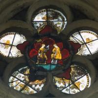 Vitrail d'une rose des fenêtres : Adam bêchant et Eve filant (1997)