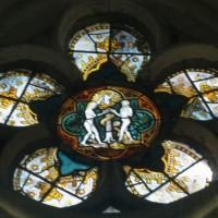 Vitrail d'une rose des fenêtres : la tentation d'Adam et Eve