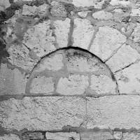 Partie supérieure de la porte romane du mur sud de la nef (1970)