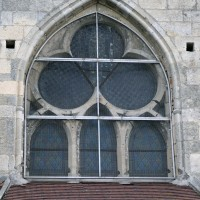 La fenêtre - très restaurée - du chevet de l'église (2017)