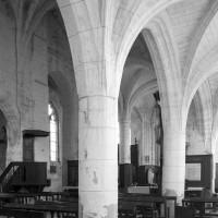 Les arcades du mur gouttereau sud de la nef vues vers le nord-est (1996)