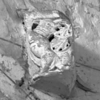 Elément sculpté en remploi dans la nef (1996)