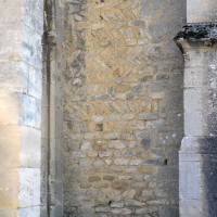 Mue en arêtes de poisson, du 11ème siècle, de la façade ouest, à droite du porche (2017)