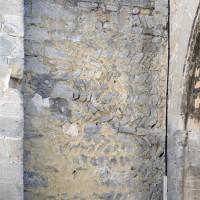 Mue en arêtes de poisson, du 11ème siècle, de la façade ouest, à gauche du porche (2017)
