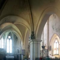Le bas-côté nord vu vers le sud-est avec, au premier plan, la seconde travée du 12ème siècle (1997)