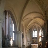 Le bas-côté sud vu vers l'est avec, au premier plan, la seconde travée du 12ème siècle (1997)