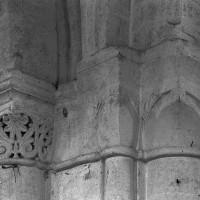 Chapiteaux de la pile sud-est de la base du clocher : à gauche, celui la première campagne; à droite ceux de la troisième campagne