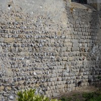 Maçonneries de silex et appareil cubique à l'extrémité est du mur sud de la nef (2016)