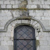 La fenêtre haute de la façade et la moulure de billettes à la base du pignon (2016)