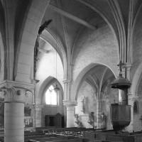 Vue partielle de la nef depuis le bas-côté sud vers le nord-ouest (1984)