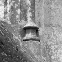 Base d'une colonnette d'une fenêtre du mur sud de la chapelle de Louis d'Orléans (1997)