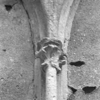 Chapiteau d'une fenêtre du mur sud de la chapelle de Louis d'Orléans (1997)