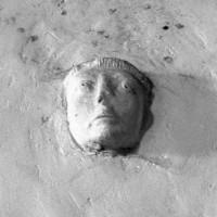 Tête sculptée insérée dans un mur de la nef (1994)