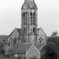 Vue générale du choeur et du clocher gothiques depuis le nord-est (1980)