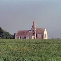 L'église dans son environnement vue du sud-est (2002)