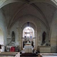 L'intérieur vu vers l'est depuis la travée voûtée de la nef (2002)