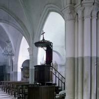 Vue partielle de la nef et du bas-côté nord depuis la travée du clocher vers le nord-ouest (2002)