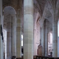 La nef vue vers le sud-est depuis le bas-côté nord (2001)