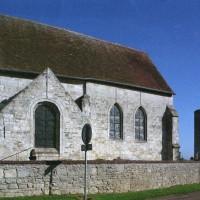 Vue partielle de l'église depuis le sud avec le donjon féodal (2008)