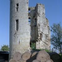 Le donjon féodal à proximité de l'église (2008)