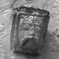 Modillon de l'ancienne corniche romane du choeur de la chapelle de l'Abbé (1997)