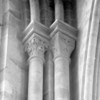 Chapiteaux et colonnettes associés à une fenêtre de la nef (1980)