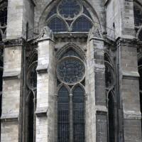 La chapelle axiale et la fenêtre correspondante du déambulatoire vues de l'est (2015)
