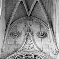 Partie supérieure de l'entrée de la chapelle de la Vierge