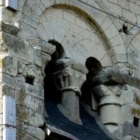 Détails d'une baie de la face nord du clocher, avec la présence de deux chapiteaux à godrons  (2016)