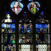 Fenêtre nord du bras nord du transept : la Crucifixion et, en haut, des anges portant les instruments de la Passion (2016)